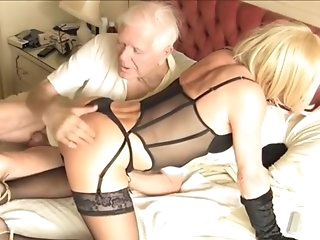 daddy guy Plays With Kim darksome hole